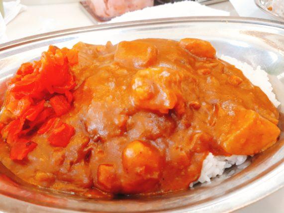 インデアンカレーの野菜カレーと福神漬け