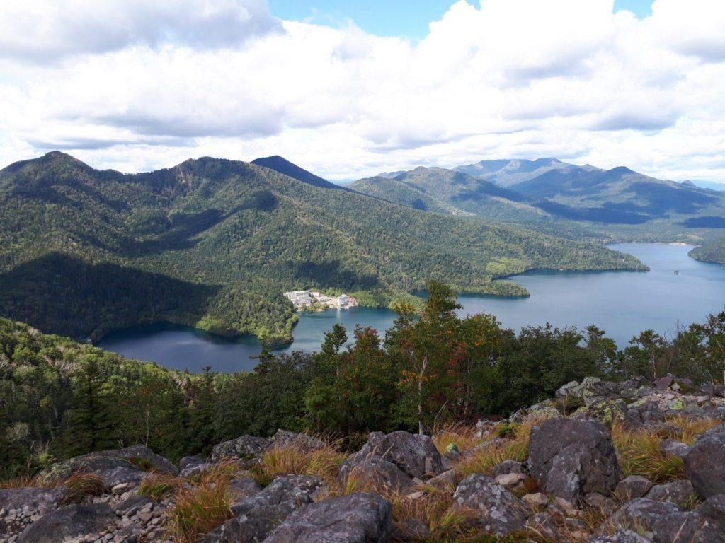 夏に白雲山から見た然別湖の様子