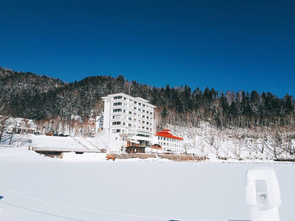 しかりべつ湖コタンから見たホテル風水