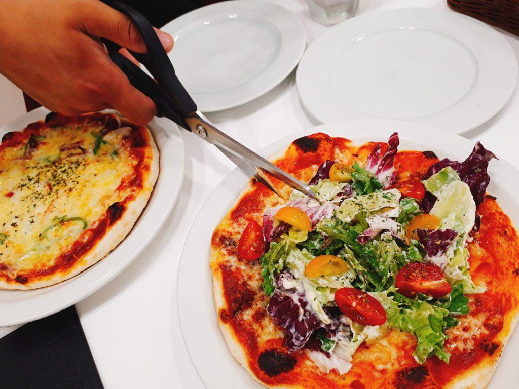 六花亭・喫茶室で食べられるピザはハサミで切る