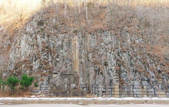 【十勝監獄の建設用に木材を伐採する為に拓いた道】士幌町・糠平湖に残る音更山道碑